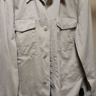 ベージュ色のジャケット。作業着?