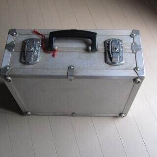 【中古】堅牢なアルミ製アタッシュケース