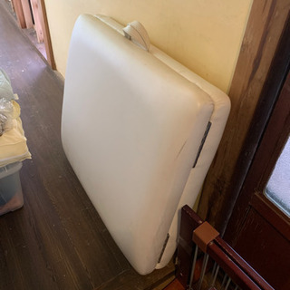 白の折りたたみベッド