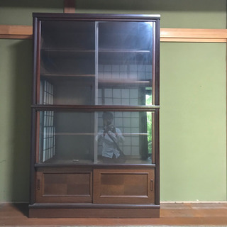 百科事典も収納出来る引き戸タイプの本棚