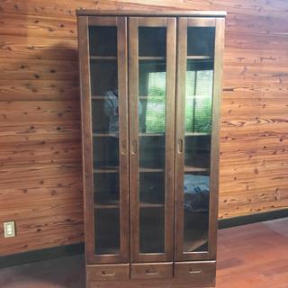収納力抜群の開き扉タイプの本棚 - 久留米市