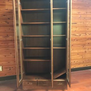 収納力抜群の開き扉タイプの本棚 - 家具