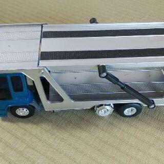 お話中 トミカサイズの車を運ぶトレーラー玩具