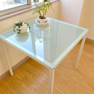 ガラステーブルの画像