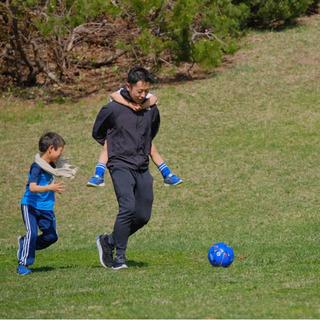 子供と一緒に遊んだり、自主練のサポートをします。