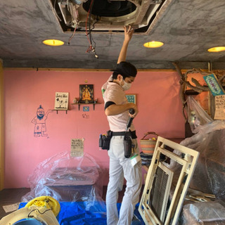 エアコン分解洗浄、ハウスクリーニングの作業員