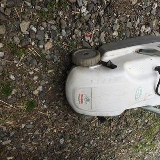 雑草刈りに 芝刈り機