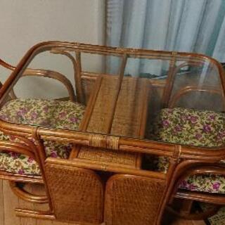 籐のテーブルと椅子