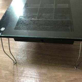ガラスのローテーブル