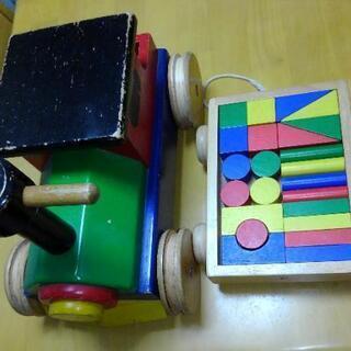 木製の積み木と車のおもちゃ