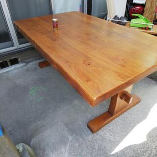 とても丈夫なダイニングテーブル