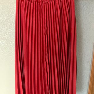 赤プリーツスカート