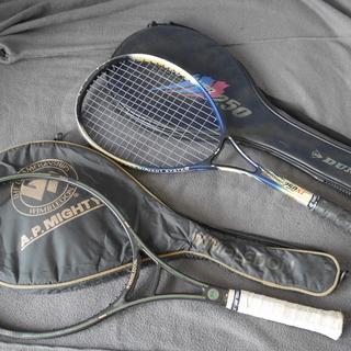 テニスラケット(2本)、トロフィー(4個)
