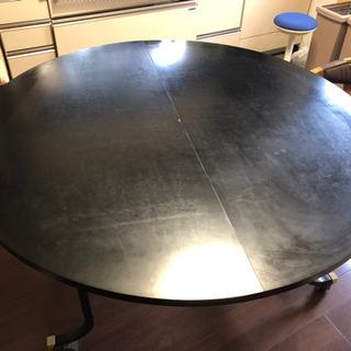 大きい円卓のダイニングテーブル。取りに来てください。