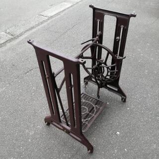 古い足踏みミシン台