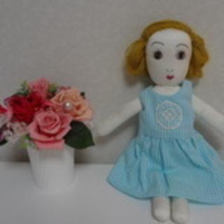 可愛くてちょっぴり個性的な着せ替え人形6000円で売ります。
