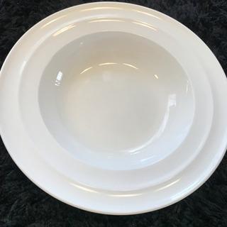 白いおしゃれなパスタ皿