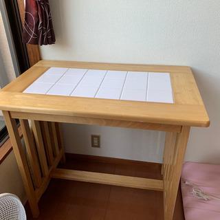 タイルテーブルと椅子2つ