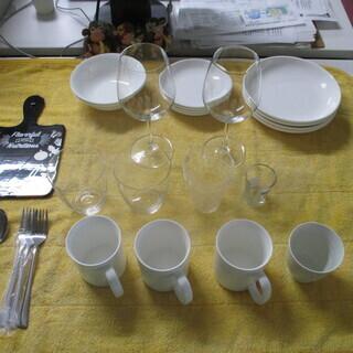 写真の食器類どれでも1個20円です。
