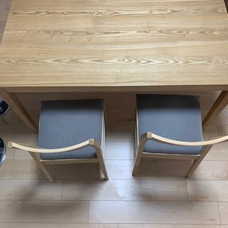 明るい色合いの木製ダイニングテーブルセット