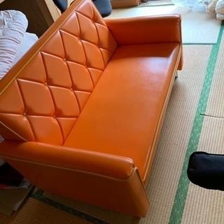 レトロなオレンジ色のソファ