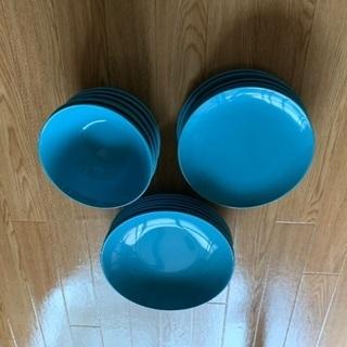 IKEAの陶器の皿3点6人分 計18枚です。