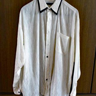 白のメンズシャツ