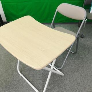 折りたたみデスクとパイプ椅子セット