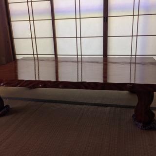 1枚板のテーブルになります。