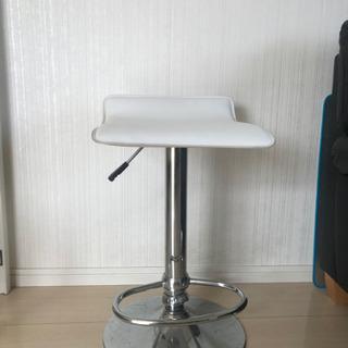 白いスタイリッシュな椅子(バーチェア)スツール