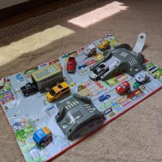 トミカ ハンディ 立体マップ・トミカなどの車のおもちゃ9台セット