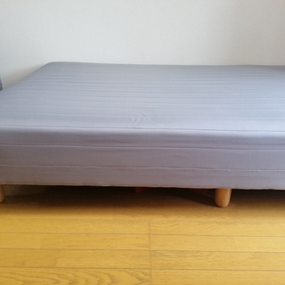 脚付きセミダブルベッドをお譲りします。