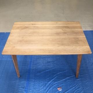 木製シンプルなテーブル