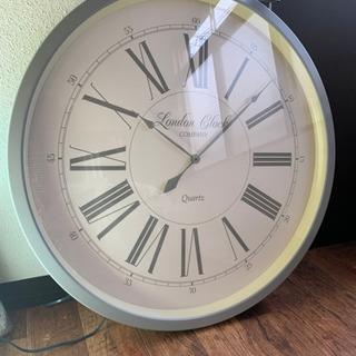 1メートルサイズの大きい壁掛け時計です。