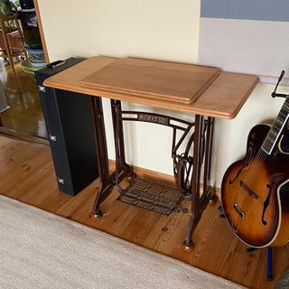 古いミシンの足を利用したテーブル。