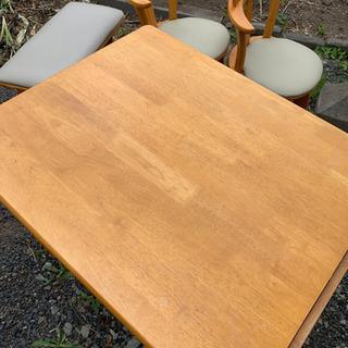 木製ダイニングテーブル。椅子二脚、ベンチ一つ。