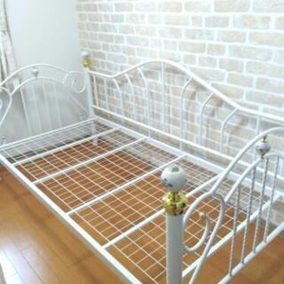シングルベッド(白色のシンプル、清潔なお姫様ベッド)