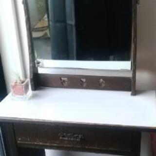 シャビーな小さなドレッサー・木製のレトロな化粧台
