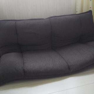 角度調整できる布製ソファ
