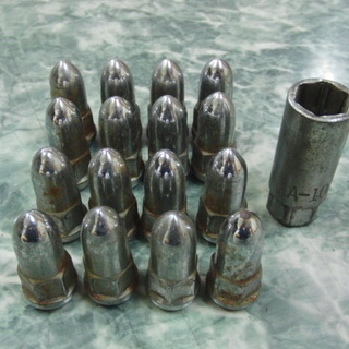ロケットナット16個(12×1.5)専用ソケット付き。