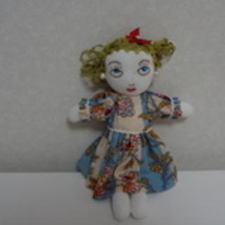 可愛くてちょっぴり個性的な手作りの着せ替え人形(やや小)です。
