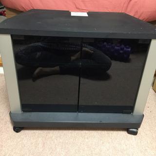 小型キャスター付きテレビ台、しっかりして作りです。