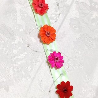 4色のジニアが可愛い♪ 誰でも作れるリボンの壁飾り