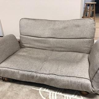 ソファーです。中古品。傷汚れあり。広げられるソファーです。