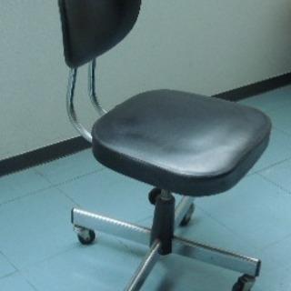 黒い事務椅子