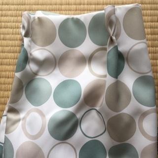 緑、薄緑、灰色の水玉模様のあるカーテンです。ニトリ製です。長さと...