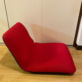 赤い座椅子 背もたれ短めでコンパクトです