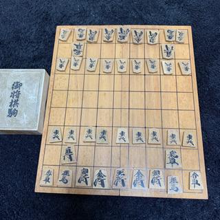 木製 将棋駒と将棋板