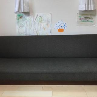 ソファベッドにもなる三人掛けソファです