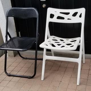 🔵折り畳み椅子2脚 白と黒